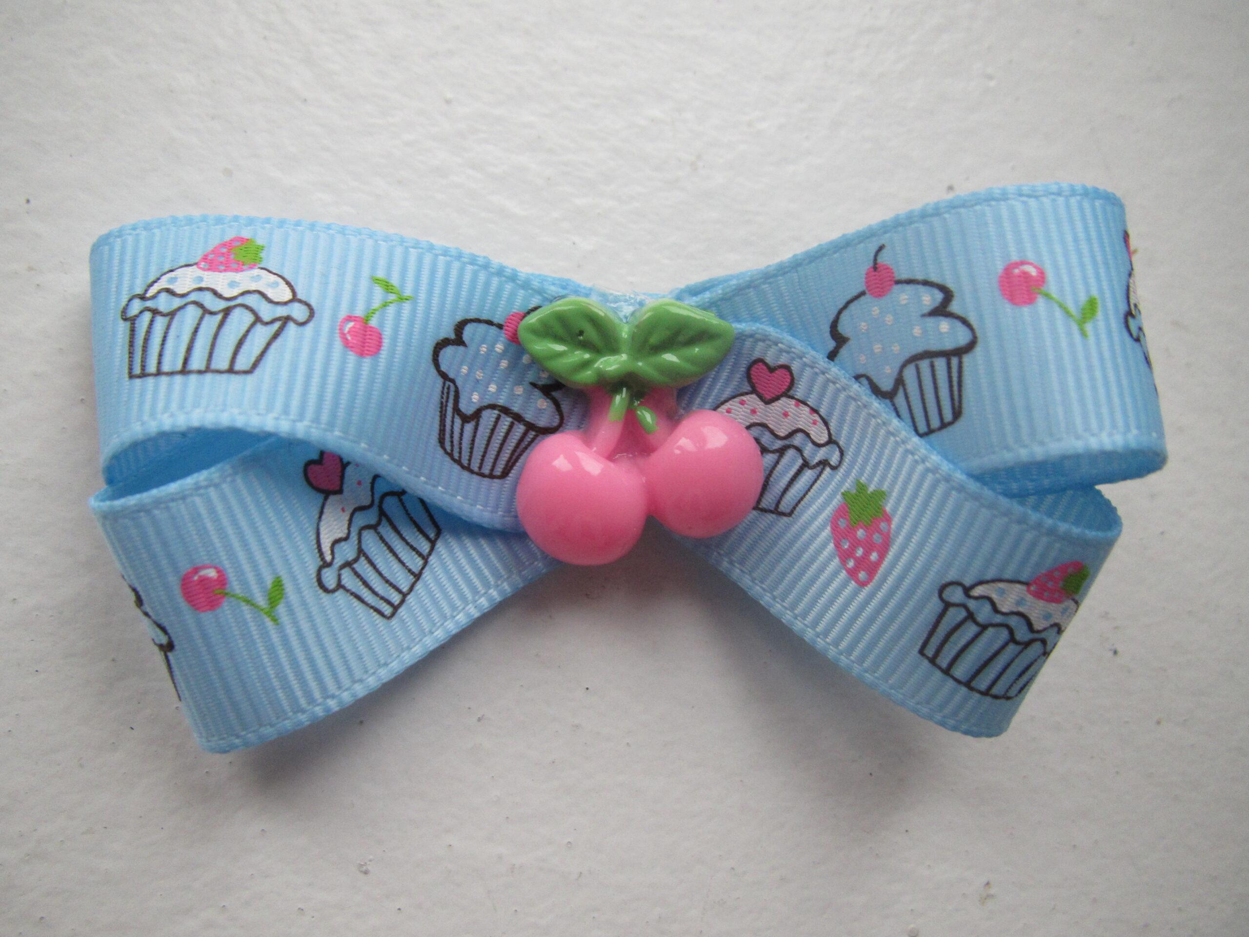 Babyblå sløjfe m/ cupcakes og bær