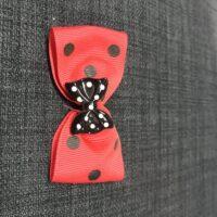 Rød sløjfe med prikker med sort sløjfe