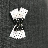 Hvid sløjfe med sort sløjfe