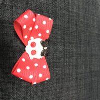 Rød sløjfe, hvide prikker m/skull