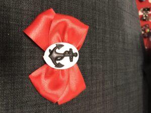 Smuk rød sløjfe med sort/hvid anker