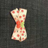 Sandfarvet sløjfe med kirsebær