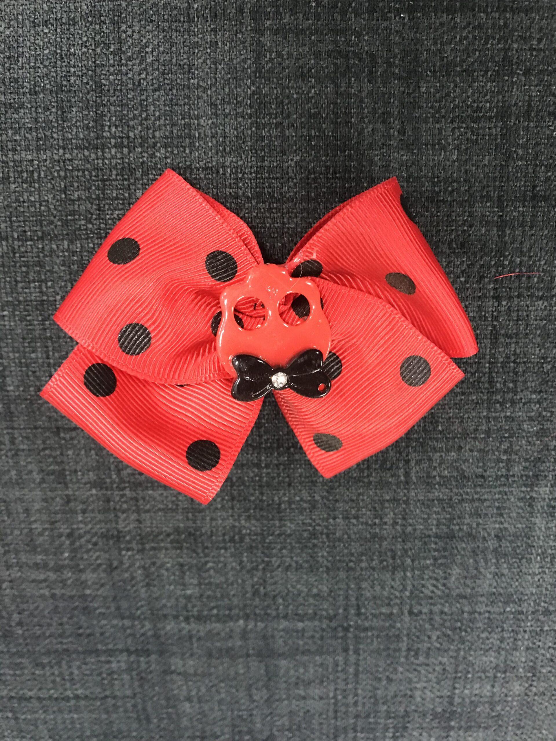 Rød sløjfe med rødt skull